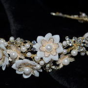 Floral gold headband with pearl and rhineston motifs.